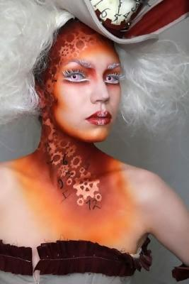 girl with a gears for a steampunk makeup and a huge hat